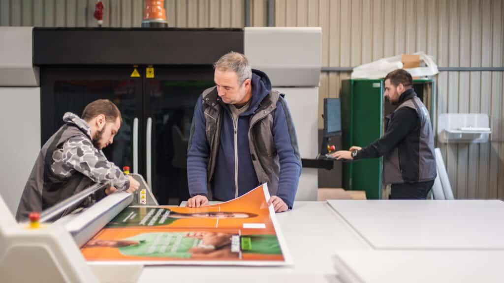 Techniker in der Produktionshalle