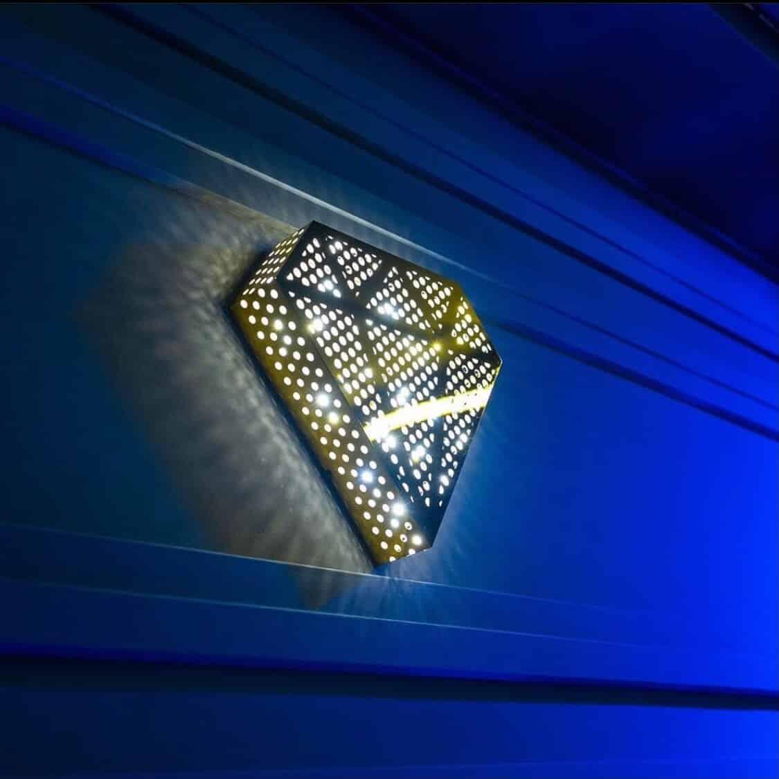 Auf dem Bild zu sehen ist ein leuchtendes 3D Diamanten-Logo im Hellen